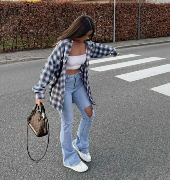 Cвободные джинсы и рубашка в клетку